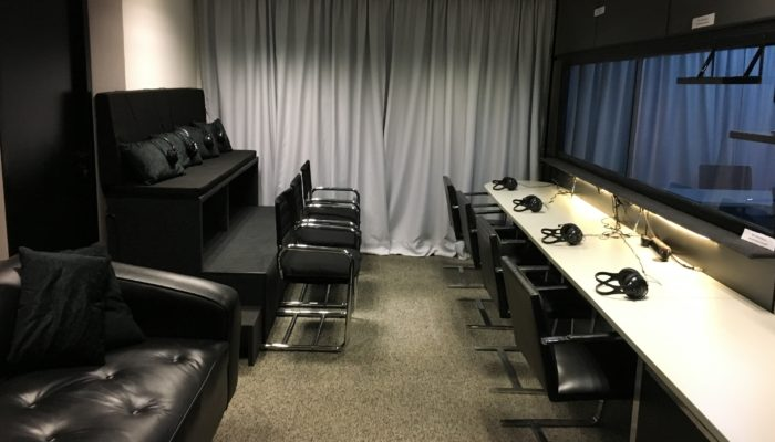 Large observation room at Focus Group facility in Brazil, used for market research, seats up to 16 observers comfortably